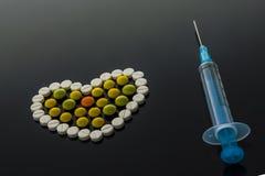 Сердце и шприц таблетки бесплатная иллюстрация