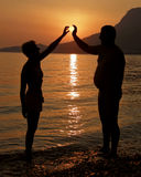 сердце как солнце человека принимает женщину стоковое фото
