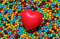 сердце конфеты предпосылки над красной нежностью Стоковое фото RF