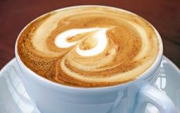 сердце кофейной чашки стоковые фотографии rf