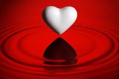 сердце над пульсациями мочит белизну Стоковая Фотография RF