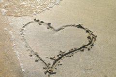Сердце нарисованное на песке пляжа Стоковая Фотография RF