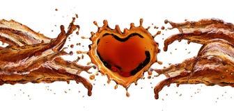 Сердце от выплеска колы при пузыри изолированные на белизне стоковое фото