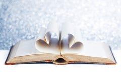 Сердце от страниц книги стоковые изображения