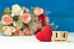 сердце подарка дня принципиальной схемы голубой коробки предпосылки схематическое изолировало valentines quill жизни письма ювели стоковое фото