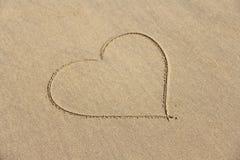 Сердце покрашено на песке Дизайн с космосом экземпляра Взгляд сверху стоковое фото