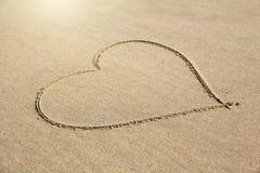 Сердце покрашено на песке Дизайн с космосом экземпляра Взгляд сверху стоковое фото rf