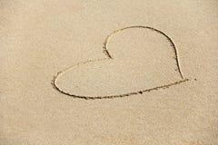 Сердце покрашено на песке Дизайн с космосом экземпляра Взгляд сверху стоковая фотография rf