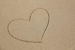 Сердце покрашено на песке Дизайн с космосом экземпляра Взгляд сверху стоковые фотографии rf