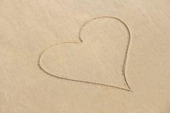 Сердце покрашено на песке Дизайн с космосом экземпляра Взгляд сверху стоковое изображение rf