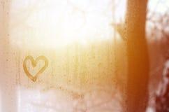 Сердце покрашено на misted стекле в зиме стоковое изображение