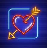 Сердце пораженное значком неона стрелки золота Стоковое Изображение RF