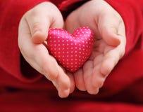 сердце ребенка держит Валентайн сатинировки Стоковые Фотографии RF