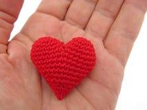 Сердце связанное красным цветом в руке Стоковое Изображение