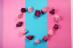 Сердце сделанное из высушенных розовых бутонов, предпосылка дня валентинок Стоковое Фото