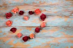 Сердце сделанное из высушенных розовых бутонов Стоковая Фотография