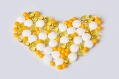 Сердце сделанное из различных medicaments белизна изолированная предпосылкой стоковые фотографии rf