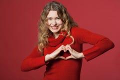сердце смотря детенышей женщины Стоковые Фото