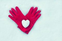Сердце снега на красных перчатках Стоковые Фотографии RF