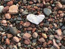 Сердце среди утесов стоковые фотографии rf