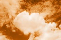 Сердце сформировало облака в небе, тем цвета предпосылки валентинки облака оранжевых сладостные форменные сердца Стоковые Изображения