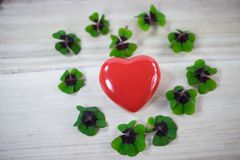 Сердце с удачливым клевером, shamrocks, днем рождения, день ` s валентинки, Стоковое Изображение RF