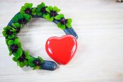 Сердце с удачливым клевером, shamrocks, днем рождения, день ` s валентинки, Стоковая Фотография