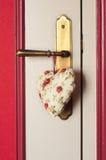 Сердце ткани вися на doorknob Стоковое Изображение