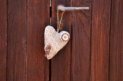 сердце ткани на деревянном door& x28; Valentine& x27; day& x29 s; стоковая фотография rf