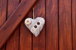 сердце ткани на деревянном wall& x28; Valentine& x27; day& x29 s; Стоковая Фотография RF
