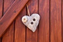 сердце ткани на деревянном wall& x28; Valentine& x27; day& x29 s; стоковые фото