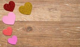 Сердце формирует на деревянной поверхности на день ` s валентинки Стоковые Изображения RF
