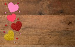 Сердце формирует на деревянной поверхности на день ` s валентинки Стоковое Изображение