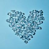 Сердце холодных кубов льда на предпосылке голубой бумаги План для ваших идей Плоское положение Стоковая Фотография RF