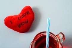 Сердце я тебя люблю и стекло кружки гренадина Стоковые Фото