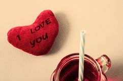 Сердце я тебя люблю и стекло кружки гренадина Стоковое фото RF