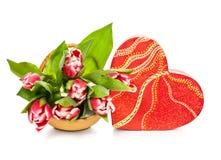 Сердц-форменные коробка и тюльпаны подарка на белой предпосылке стоковое фото rf