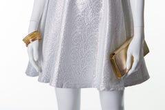Серебристое платье с аксессуарами на белом манекене Стоковые Изображения