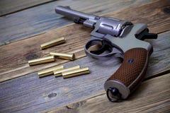 Серебристый револьвер Nagan с патронами Стоковая Фотография