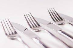 Серебряная вилка и kniefs изолированные на белой предпосылке Стоковые Фотографии RF