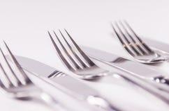 Серебряная вилка и kniefs изолированные на белой предпосылке Стоковая Фотография
