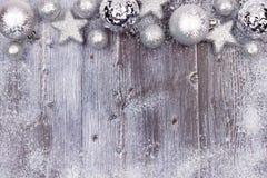 Серебряная граница верхней части орнамента рождества с рамкой снега на древесине Стоковые Изображения RF