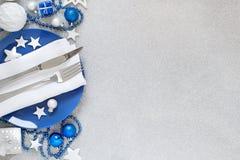 Серебряная и голубая сервировка стола рождества Стоковые Фото