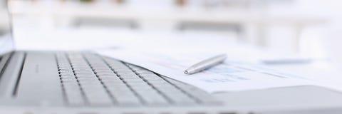 Серебряная ложь ручки на списке диаграммы цвета Стоковое Изображение