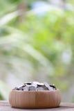 Серебряная монета в деревянном шаре помещена на деревянном поле с colorf Стоковое Изображение