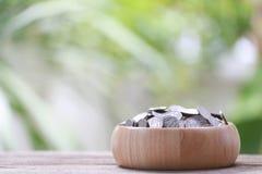 Серебряная монета в деревянном шаре помещена на деревянном поле Стоковое Фото