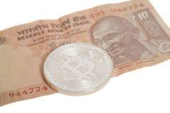 Серебряная монетка bitcoin на индейце 10 рупий Стоковые Изображения