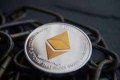 Серебряная монетка Ethereum лежа на цепи Стоковые Фотографии RF