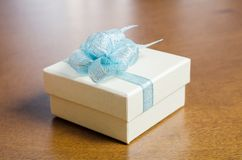 Серебряная подарочная коробка на деревянном backgrond Стоковая Фотография RF