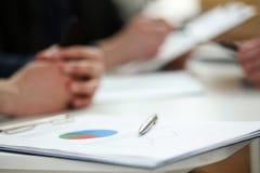 Серебряная ручка лежа на финансовой пусковой площадке доски сзажимом для бумаги документа Стоковые Изображения